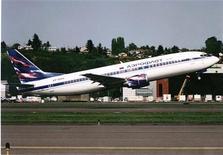 """<p>Самолет авиакомпании Аэрофлот поднимается в небо, 11 мая 1998 года. Крупнейший российский авиаперевозчик Аэрофлот потерял 0,7 миллиона евро в первый день масштабных автомобильных """"пробок"""" около его базового аэропорта Шереметьево в Москве, сообщила компания в четверг. REUTERS/Ho New</p>"""