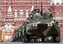 <p>Солдаты едут на бронетранспортерах по Красной площади во время парада в Москве, 9 мая 2010 года. Россия направит 50 бронетранспортеров в Палестинскую автономию в ближайшем будущем, сообщил представитель министерства иностранных дел РФ в четверг. REUTERS/Sergei Karpukhin</p>