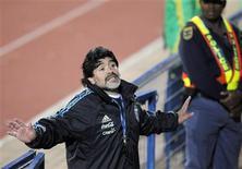 """<p>O técnico da seleção argentina Diego Maradona gesticula em fim de treino em Pretória, 30 de junho de 2010. Diego Maradona reagiu a uma ofensiva verbal da Alemanha, sua adversária nas quartas de final, perguntando: """"O que há com você, Schweinsteiger, está nervoso?"""" REUTERS/Enrique Marcarian</p>"""