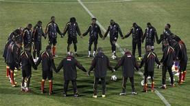 <p>Игроки национальной сборной Ганы перед тренировкой, Йоханнесбург 1 июля 2010 года. REUTERS/Howard Burditt</p>