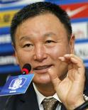 <p>Тренер сборной Южной Кореи по футболу Хо Чжон Му на пресс-конференции в Сеуле, 2 июля 2010 года. Тренер сборной Южной Кореи по футболу Хо Чжон Му подал в отставку после поражения его команды в 1/8 финала чемпионата мира по футболу в ЮАР, сообщил сам тренер в пятницу. REUTERS/Jo Yong-Hak</p>
