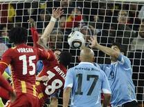 <p>Uruguaio Luis Suárez (D) usa as mãos para evitar gol de Gana em partida das quartas de final da Copa no estádio Soccer City, em Johanesburgo. 2/7/2010. Suárez recebeu cartão vermelho, e FIFA avalia punição extra. REUTERS/Dylan Martinez</p>
