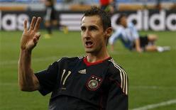 <p>Alemão Miroslav Klose comemora gol na partida contra a Argentina no estádio Green Point, na Cidade do Cabo, pelas quartas de final. A Alemanha derrotou a Argentina por 4 x 0, com dois gols de Klose. 3/10/2010. REUTERS/Kai Pfaffenbach</p>