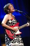 <p>La cantante estadounidense Norah Jones presentándose en el Festival de Jazz de Montreux. Jul 3 2010. La estadounidense Norah Jones encantó al Festival de Jazz de Montreux, moviéndose con agilidad entre guitarra, teclado y piano y mezclando canciones nuevas con las siempre favoritas del público. REUTERS/Valentin Flauraud</p>