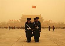 <p>Военизированная полиция стоит на площади Тяньаньмэнь в Пекине, 22 марта 2010 года. Китайский суд в понедельник приговорил к 8 годам лишения свободы американского геолога, обвиненного в краже государственных секретов, сообщило посольство США. REUTERS/David Gray</p>