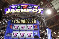"""<p>Игровой аппарат на выставке Global Gaming Expo Asia в Макау 8 июня 2010 года. Автомобилисты южной части Италии поняли, что такое сорвать """"джекпот"""", - у них на глазах перевернулся грузовик, перевозивший 2,5 миллиона евро монетами. REUTERS/Tyrone Siu</p>"""