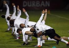 <p>Cacau e outros jogadores alemães treinam em Durban antes de jogo da semifinal da Copa contra Espanha. REUTERS/Marcos Brindicci</p>