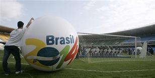 <p>Com o fim da Copa na África, o foco do mundo da bola é para os próximos torneios: em 2014, o Mundial será no Brasil. REUTERS/Sergio Moraes</p>