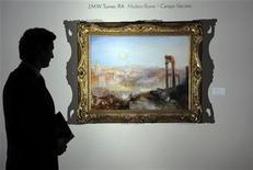 """<p>Foto de archivo del especialista de Sotheby's en arte británico Julian Gascoigne, junto al cuadro """"Modern Rome - Campo Vaccino"""" de J.M.W. Turner, en Londres, jul 2 2010. La casa de subastas Sotheby's vendió el miércoles una obra maestra de Joseph Mallord William Turner en 29,7 millones de libras esterlinas (45,10 millones de dólares), una cifra récord por el artista en una subasta y superó sus expectativas previas de entre 12 y 18 millones. REUTERS/Paul Hackett</p>"""