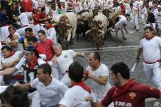 <p>Españoles corren perseguidos por toros como parte de la celebración del festival San Fermín, en Pamplona. Jul 8 2010. El segundo encierro de los Sanfermines 2010 en la ciudad española de Pamplona terminó con dos heridos por asta de toro, uno de ellos de gravedad, en una carrera peligrosa y larga en la que ocho personas tuvieron que ser trasladadas a servicios de urgencias, informó la Cruz Roja. REUTERS/Eloy Alonso</p>