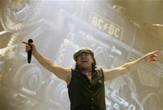 <p>Foto de archivo del vocalista del grupo AC/DC, Brian Johnson, durante una presentación en Rosemont, EEUU, oct 30 2008. as suma de las ventas de boletos de las mayores giras de conciertos en Norteamérica durante el primer semestre del año cayeron a su punto más bajo del 2005, a consecuencia de la débil economía y el precio de los boletos, afirmó el jueves una publicación comercial. REUTERS/John Gress</p>