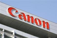 <p>Foto de archivo de la casa matriz de la compañía Canon Inc en Tokio, ene 14 2009. El fabricante de cámaras digitales japonés Canon Inc casi habría triplicado sus ganancias operativas del primer semestre, por ventas mejores a las esperadas en cámaras digitales híbridas e impresoras láser, reportó el diario de negocios Nikkei. REUTERS/Stringer</p>