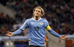 <p>Футболист сборной Уругвая Диего Форлан во время матча против команды Нидерландов, 6 июля 2010 года. Сборные Уругвая и Германии встретятся в матче за третье место на чемпионате мира в субботу. REUTERS/Carlos Barria</p>