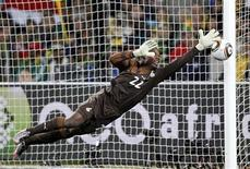 <p>O goleiro ganense Richard Kingson durante jogo das quartas de final contra o Uruguai. Kingson, que salvou a maioria dos gols com os pés, foi um destaque no Mundial. 02/07/2010 REUTERS/Howard Burditt</p>