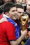 <p>O espanhol David Villa, um dos artilheiros da Copa do Mundo da África do Sul, segura a taça de campeão. REUTERS/Siphiwe Sibeko</p>