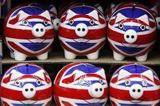 <p>Хрюшки-копилки, раскрашенные в цвета британского флага, в сувенирном магазине в Лондоне, 24 марта 2010 года. Деньги может и не являются решением всех проблем, но зарплата в 50.000 фунтов стерлингов в год - и ни фунтом больше - может сделать вас одним из самых счастливых людей в Британии, как следует из результатов нового опроса. REUTERS/Darrin Zammit Lupi</p>