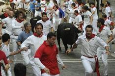 <p>Españoles corren de los toros durante el Festival de San Fermín, en Pamplona. Jul 12 2010. REUTERS/Eloy Alonso</p>