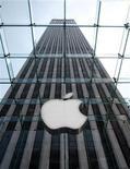 <p>Foto de archivo del logo de la compañía Apple en una de sus tiendas de la quinta avenida en Nueva York, mayo 18 2006. Una demanda por abuso de monopolio contra Apple Inc y AT&T Inc puede continuar como una acción colectiva contra las dos compañías, decidió un juez de Estados Unidos. REUTERS/Brendan McDermid</p>