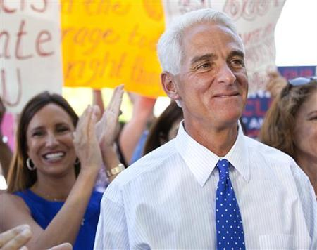 Florida Governor Charlie Crist (R) is introduced as Florida's first lady Carole Crist claps (L) before announcing that he will run as an independent for the U.S. Senate during a news conference in St. Petersburg, Florida April 29 , 2010. REUTERS/Scott Audette