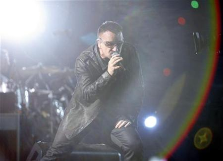 Lead singer Bono of the rock band U2 performs during a concert at Rose Bowl in Pasadena, California, October 25, 2009. REUTERS/Mario Anzuoni