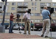 <p>Журналисты около посольства Пакистана в Вашингтоне 13 июля 2010 года. ранский физик-ядерщик Шахрам Амири, который пропал более года назад при загадочных обстоятельствах, появился в Вашингтоне во вторник и утверждает, что его похитило ЦРУ. REUTERS/Larry Downing</p>