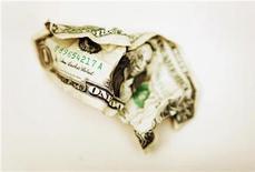 <p>Помятая долларовая купюра, сфотографированная в Торонто, 22 октября 2008 года. Главные виновники медленного посткризисного восстановления РФ - банковский сектор и инвесторы, которые все еще осторожничают возобновлять активные вложения в экономику, считают экономисты. REUTERS/Mark Blinch</p>