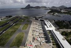 <p>Vista aérea do aeroporto Santos Dumont, no Rio de Janeiro. Os aeroportos do país receberão um investimento de 6,48 bilhões de reais até 2014, quando o Brasil vai sediar a Copa do Mundo, disse nesta quarta-feira o superintendente da Infraero, Jonas Lopes, dias depois de a infraestrutura para receber o Mundial ter sido alvo de críticas.08/04/2010.REUTERS/Sergio Moraes</p>
