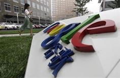 <p>Foto de archivo del logo de la compañía Google en su casa matriz de Pekín, jul 12 2010. Los ingresos de Google Inc crecieron un 24 por ciento en el segundo trimestre, pero sus ganancias no cumplieron con las previsiones de Wall Street, lo que provocaba el jueves una caída de cerca del 4 por ciento de sus acciones. REUTERS/Jason Lee</p>