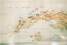 """<p>Foto de archivo de un mapa de Cuba con anotaciones del ex presidente de Estados Unidos John F Kennedy en una biblioteca de Boston, jul 13 2005. Cuba estrenó el jueves la película de ficción """"Lisanka"""", que recrea un conflicto que involucró a Cuba, Estados Unidos y la ex Unión Soviética, poniendo al mundo al borde de una guerra nuclear en 1962. REUTERS/Brian Snyder</p>"""