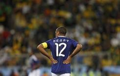 <p>Игрок сборной Франции Тьери Анри во время матча группы A чемпионата мира по футболу против сборной ЮАР в Блумфонтейне 22 июня 2010 года. Нападающий Тьерри Анри объявил о своем уходе из национальной сборной Франции по футболу, с которой становился чемпионом мира и Европы. REUTERS/Adnan Abidi</p>