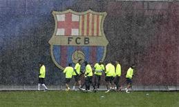 """<p>Игроки """"Барселоны"""" тренируются в Барселоне 8 марта 2010 года. У испанской """"Барселоны"""" есть 50 миллионов евро ($64,08 миллиона) на трансферы, сообщил каталонский клуб в четверг вечером. REUTERS/Gustau Nacarino</p>"""