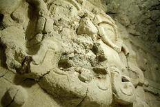 <p>Escultura maia no sítio arqueológico El Zotz no norte da Guatemala. O túmulo de um rei maia repleto de esculturas, cerâmica e ossos de crianças, foi descoberto por arqueólogos, dando um novo raio de luz sobre essa desaparecida civilização. REUTERS/Divulgação/Ministério da Cultura e Esportes</p>