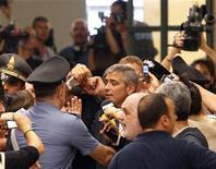 <p>El actor de Hollywood George Clooney es rodeado por la prensa al salir de la corte, en Milán. Jul 16 2010. El actor de Hollywood George Clooney testificó el viernes en un juicio de tres personas acusadas de explotar su nombre para promocionar una marca de moda en Milán. REUTERS/Alessandro Garofalo</p>