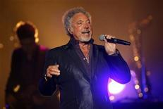 <p>Singer Tom Jones performs during his concert in Vina del Mar, about 75 miles (121 km) northwest of Santiago February 6, 2010. REUTERS/Eliseo Fernandez</p>