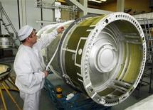 <p>Foto de archivo de un ingeniero trabajando sobre el satélite GLONASS-M-33 en el pueblo siberiano de Zheleznogorsk, Rusia, abr 8 2009. Rusia amenazó el viernes con bloquear la importación de teléfonos móviles y otros dispositivos no compatibles con su tecnología de navegación, que compite con el muy usado GPS, de fabricación estadounidense. REUTERS/Ilya Naymushin</p>