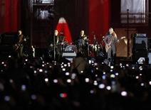 <p>Foto de archivo de los roqueros irlandeses U2 durante una presentación en la Puerta de Brandemburgo en Berlín, nov 5 2009. U2, que ganaron 130 millones de dólares con su gigantesca gira internacional y otros negocios, son la banda con los mayores ingresos a nivel mundial, según dijo la revista financiera Forbes en su sitio en internet. REUTERS/Pawel Kopczynski</p>