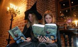 """<p>Девочки в маскарадных костюмах читают шестую часть книги о юном волшебнике """"Гарри Поттер и принц полукровка"""" в магазине в Берлине 1 октября 2005 года. 16 июля 2005 года начались продажи шестой книги о Гарри Поттере """"Гарри Поттер и принц полукровка"""". За первые сутки в Британии и США было продано более 8,9 миллиона экземпляров, что стало рекордом в истории книгоиздания.</p>"""