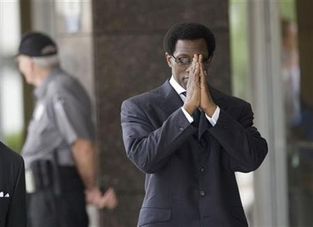 Actor Wesley Snipes clasps his hands while walking into the federal courthouse for sentencing in Ocala, Florida, April 24, 2008. S REUTERS/Scott Audette