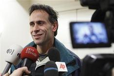 <p>Dick Dekker, father of Dutch teenage sailor Laura Dekker whose round-the-world voyage was blocked by the courts, smiles while giving his statement to the media at the courtroom in Utrecht, the Netherlands December 23, 2009. REUTERS/Michael Kooren</p>
