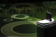 <p>Foto de archivo de la presentación de la consola de videojuegos X Box 360 de Microsoft en los Angeles, jun 14 2010. Microsoft venderá su nuevo sistema de juego de detección de movimiento Kinect por unos 150 dólares y también lo ofrecerá en un pack con la consola de videojuegos Xbox 360 cuando las ventas del dispositivo de manos libres comience en noviembre, informó la compañía el martes. REUTERS/Mario Anzuoni</p>