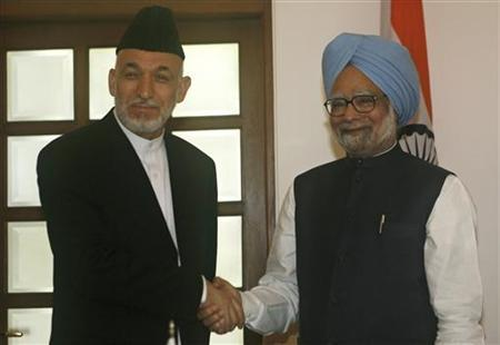 Indian Prime Minister Manmohan Singh (R) shakes hands with Afghanistan's President Hamid Karzai before they gave statements to the media in New Delhi April 26, 2010. REUTERS/B Mathur