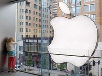 <p>Mulher fala ao iPhone em Boston. A Apple divulgou resultados que superaram, em muito, as previsões de Wall Street, impulsionados pelas boas vendas de computadores Mac, e as ações da empresas registraram alta de 3,4 por cento no pregão after-market.19/07/2010.REUTERS/Brian Snyder</p>