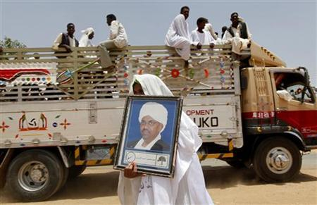 A supporter holds a framed picture of Sudan's President Omar Hassan al-Bashir during an election campaign in Bashir's hometown of Shandi, 317 km (197 miles) outside Khartoum April 7, 2010. REUTERS/Ahmed Jadallah