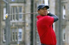 <p>Foto de archivo del golfista estadounidense Tiger Woods durante el segundo hoyo de la ronda final del Abierto Británico en St. Andrews, Escocia, jul 18 2010. Woods estuvo alejado de la acción desde que se conocieron sus relaciones extramaritales el año pasado, pero sigue siendo el deportista que más dinero gana en todo el mundo, según un ranking de ingresos publicado el miércoles. REUTERS/David Moir</p>