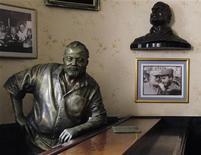 <p>Бронзовый памятник американскому писателю Эрнесту Хэмингуэю, установленный в баре Floridita в Гаване, 1 июля 2010 года. 21 июля 1899 года родился американский писатель Эрнест Хэмингуэй, лауреат Нобелевской премии. REUTERS/Desmond Boylan</p>