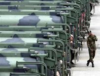 <p>Американский солдат говорит по мобильному телефону в военном лагере рядом с Сеулом, 8 июля 2004 года. Военнослужащие США могут получить смартфоны в качестве части полевого снаряжения, чтобы лучше ориентироваться и быстро получать видеоданные о расположении противника с разведсамолета или спутника. REUTERS/Lee Jae-Won</p>