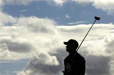 <p>Тайгер Вудс следит за полетом мяча на турнире по гольфу British Open в Сент-Эндрюс 17 июля 2010 года. Гольфист Тайгер Вудс не очень много играл после громкого семейного скандала, но он все еще остается самым высокооплачиваемым спортсменом мира согласно двум рейтингам, опубликованным в среду. REUTERS/Shaun Best</p>