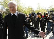 <p>Archbishop Robert Zollitsch (L) head of the German Bishops' Conference, leaves after giving a statement to media in Bonn, April 22, 2010. REUTERS/Ina Fassbender</p>