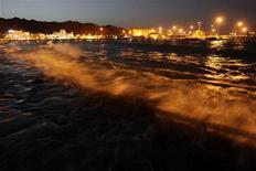 <p>Побережье в столице Омана Маскате 5 июня 2010 года. Оман планирует построить за $1,5 миллиарда длинный мост, чтобы соединить султанат с островом, где обитают редкие виды черепах, сообщил представитель министерства финансов в четверг. REUTERS/Fahad Shadeed</p>