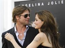 """<p>Актеры Анджелина Джоли и Брэд Питт на премьере фильма """"Солт"""" в Голливуде, 19 июля 2010 года. Британский таблоид News of the World по решению суда выплатил компенсацию актерам Брэду Питту и Анджелине Джоли, о расставании которых написал в январе. REUTERS/Mario Anzuoni</p>"""